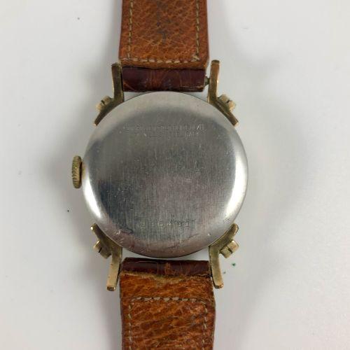 本鲁斯  约1940年。  编号:236491  10K镀金腕表,双日期,圆形表壳。签名的白色表盘,阿拉伯数字和金质指针,日期由指针显示,12点钟位置有英文的星…