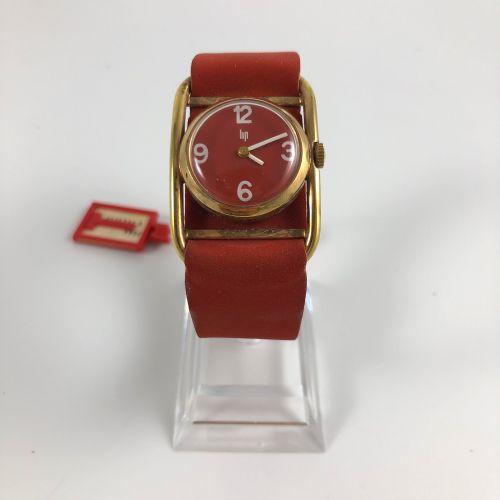 """LIP 约1970年。 编号:576XXX。 镀黄金的女士腕表。圆形表壳,签名红色表盘,白色指针,阿拉伯数字。机械机芯,手动上链。红色 """"nubuck """"型表带…"""