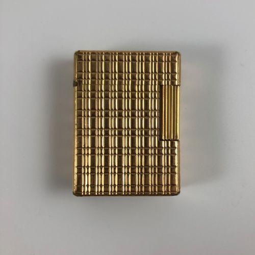 S.T. DUPONT PARIS  燃气壁炉  1980年左右。  镀金,人字形装饰。  状况良好。签名:JD,编号:ADC193。  未测试。  尺寸:48…