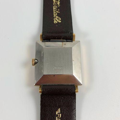 ESKA广场。 参考文献811。Eska镀金腕表,方形表壳。白色表盘上有签名。应用指挥棒式时标。日期在3点钟方向。钢制表壳背面。棕色皮革表带,针扣。机械机芯,手…
