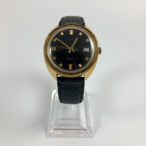 Timex Electric.1970年左右。钢铁城市的观察。黑色表盘,方形和长方形索引。日期在3点钟方向。石英机芯。黑色真皮表带,针扣。要更换的电池。没有提供…