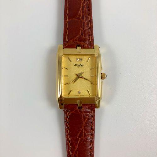 KOLBER GENEVA.编号:K3643 新的库存手表,其酒红色的表壳。镀金的长方形表壳。镀金表盘,指挥棒式时标。棕色皮革表带,针扣。石英机芯。要更换的电池…