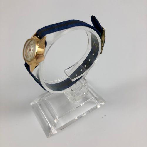 PLAZA GOLD.编号:181702。750/1000金的圆形表壳。刻度盘,应用指标,阿拉伯数字和箭头。纳托表带,针扣。机械机芯,手动上链。摆轮不见了。有待…