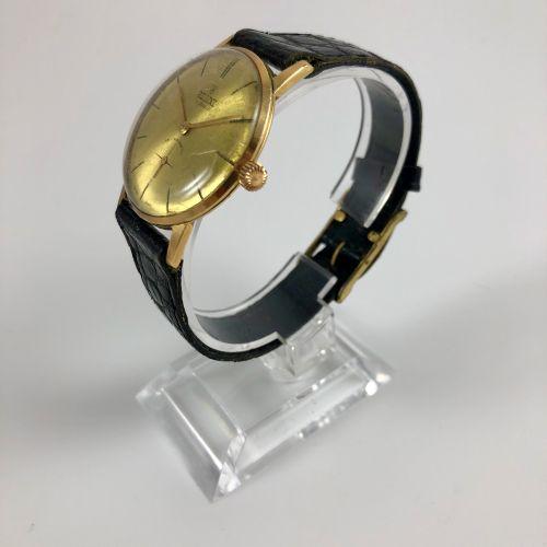 ALLAINE.约1960年。Allaine腕表。黄色表盘上有签名。应用指挥棒式时标。6点钟位置的秒针计数器。 精钢表壳背面。黑色真皮表带,带针扣。机械机芯,手…