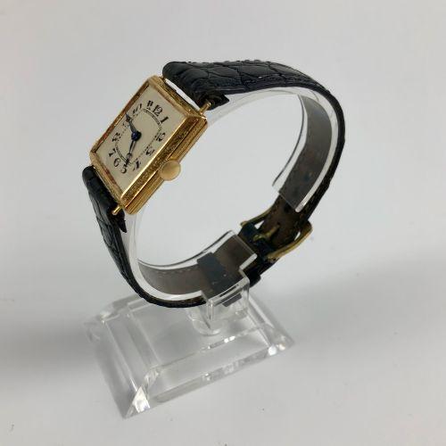 方形观察。编号:2978。750/1000金质方形腕表。黑色真皮表带,针扣。没有玻璃。职能部门。没有提供服务。尺寸:26 x 26 mm。长度:22.6厘米。毛…