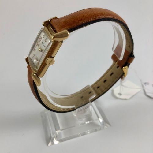 卜罗瓦(BULOVA) 约1930年 镀金金属腕表。 长方形表壳,银色表盘,六点钟方向有小秒针。机械机芯,手动上链。 表盘、表壳和机芯均已签名。 尺寸:22 x…
