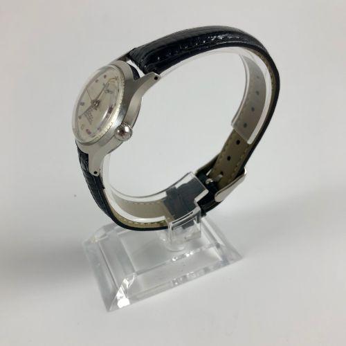BREITLING。编号:1176938。百年灵城市腕表,圆形表壳。应用小时标记,红宝石,阿拉伯数字和箭头。箭手。黑色真皮表带,带针扣。机械机芯,手动上链。职能…