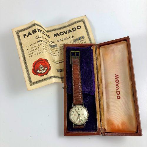 モディアドランド三連続 1946年左右。 编号:186XX。 不锈钢腕表,圆形表壳,签名的白色表盘,阿拉伯数字,三重日期(通过红色点指针),日期和月份(通过窗口…