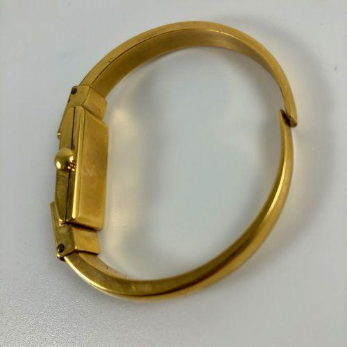 安内斯特 伯乐 镀黄金的女士手表。长方形的箱子。白色表盘上标有应用阿拉伯数字和点状标记。刚性的黄色镀金手镯。机械机芯,手动上链。职能部门。没有提供服务。尺寸:1…