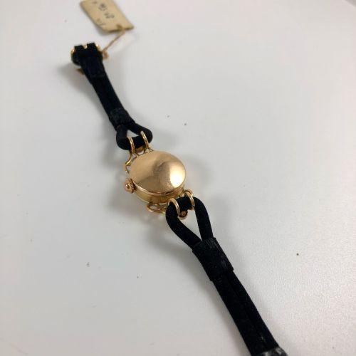 人文学科。金制的女士手表。米白色表盘上有签名。彩绘索引和阿拉伯数字。黑色真皮表带,针扣。机械机芯,手动上链。职能部门。未修订。直径:18毫米。长度:19厘米。