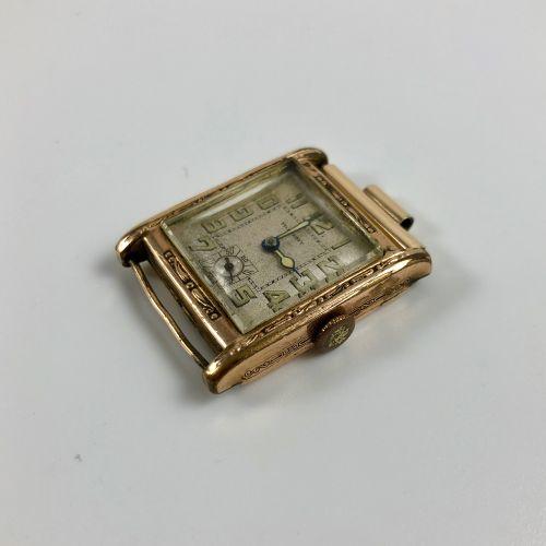 ROBERT. Montre rectangulaire en métal plaqué or, laminé. Index chiffre arabes. C…