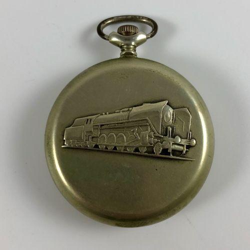 俄罗斯怀表  约1950年。  白色金属表壳,手动上链机械机芯,彩绘珐琅表盘,阿拉伯数字。在URRS制造的重要铁路手表。  似乎是有效的,但不保证。  直径:4…