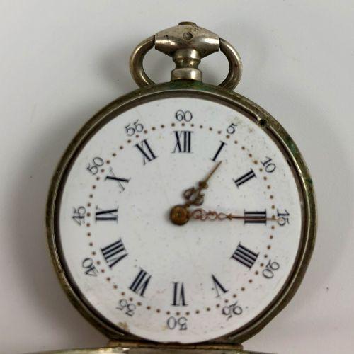 银色怀表  约1880年  银色表壳,带钥匙的手动上链装置,白色珐琅表盘,锚处有罗马数字刻度。  要修改的是,摆轮不见了。  直径:33毫米。  毛重:30.0…