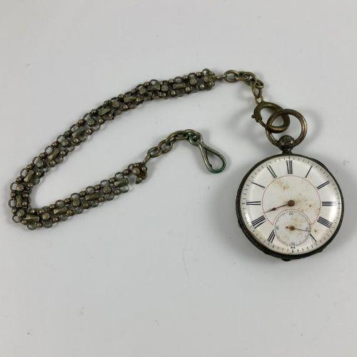 怀表和指南针 约1880年。 白色金属表壳,机械钥匙上链机芯,白色珐琅表盘,罗马数字刻度。当打开第一个拍子时,人们发现机芯内有一个珐琅质的罗盘,也做得非常好。 …