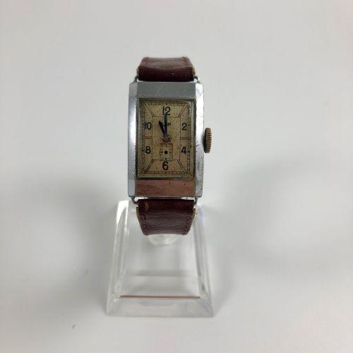 """LIP T18 Vers 1930. Montre bracelet en acier, boitier """"tank"""", cadran blanc signé,…"""