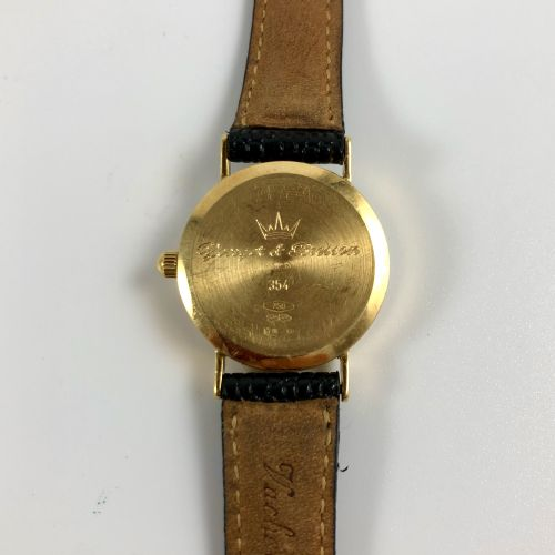 Younger和BRESSON 750/1000金白色珐琅表盘女士腕表,日期,罗马数字刻度。黑色皮革表带。石英机芯(新珠子)。该表处于接近全新的状态。 毛重:1…