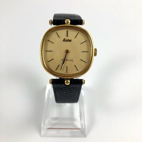 圣莫里茨ESKA Eska镀黄金腕表。缓冲箱。黄金色的表盘。应用指挥棒式时标。钢制表壳背面。黑色真皮表带,针扣。机械机芯,手动上链。职能部门。未修订。直径:32…