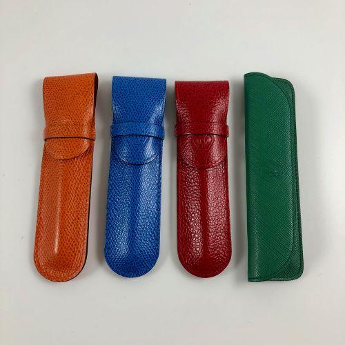 一套4支沃特曼钢笔。  4种颜色的完整原版收藏,带有原版皮套,已签名。  蓝色、红色、橙色、绿色。  每支笔的长度:12.2厘米。