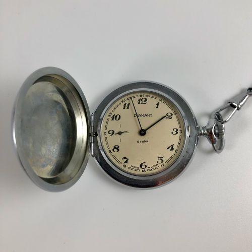 苏联制造的钻石。 苏联制造的怀表。搪瓷表盘。彩绘阿拉伯数字,铁轨。9点钟方向的秒针计数器。箱子上的雕刻。夹住了表壳背面。钢链。机械机芯,手动上链。工作。未修订。…