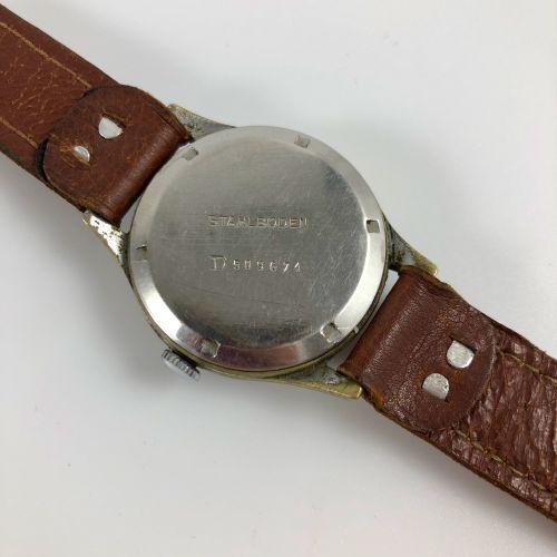 记录表公司 约1950年。 编号:D5096XX。 不锈钢腕表,圆形表壳,签名黑色表盘,铁路,阿拉伯数字。6点钟方向的秒数。金色的手。机械机芯,手动上链。棕色皮…