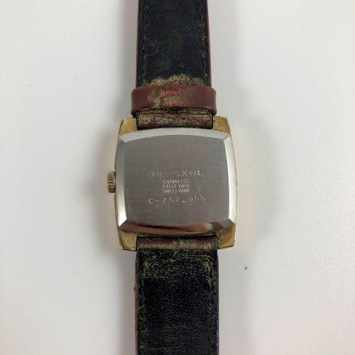Mirexal 17颗宝石incabloc。钢制缓冲箱。镀金的方形应用时标。镀金指针。棕色皮革表带,针扣。机械机芯,手动上链。职能部门。没有提供服务。尺寸:24…