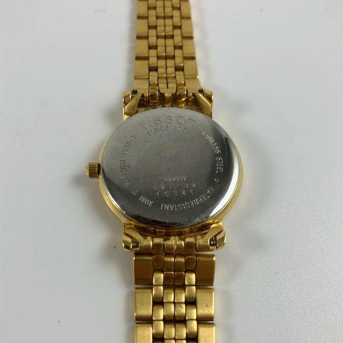 TISSOT 1853年。Ref 10341。圆形表壳,金色表盘和指针。应用指挥棒式时标。日期在3点钟方向。石英机芯,需更换电池。直径:27毫米。长度:17.2…