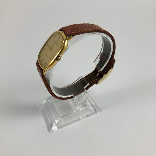 JAEGER LECOULTRE. Réf : 0850 51. Montre bracelet en plaquée or. Boitier rectangu…