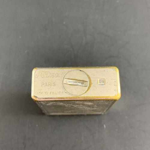 S.T. DUPONT PARIS  煤气打火机,约1980年。  银色,带雪佛龙装饰。  状况良好。有签名和编号的A.98。  未测试。  尺寸:48 x 3…