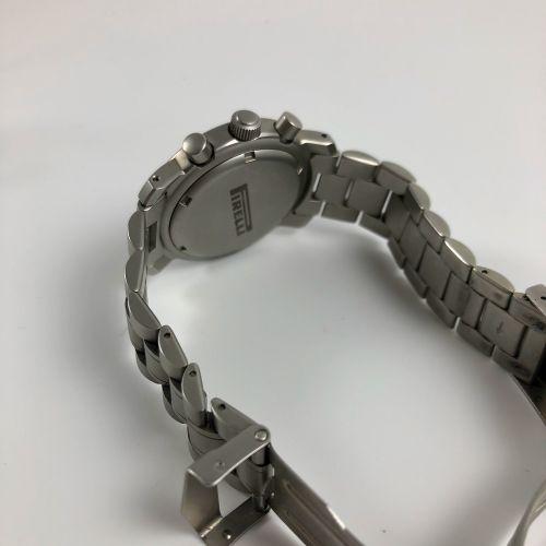 PIRELLI.倍耐力轮胎品牌的钢制计时码表。玳瑁色表盘。镶有阿拉伯数字的时标。6点钟方向的秒针计数器,12点钟方向的秒表分钟,9点钟方向的秒表小时。日期在3点…