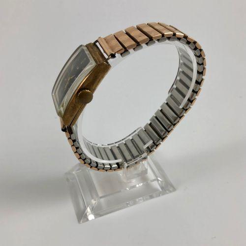 LIP T18 编号:219847。金色/银色的长方形手表。鎏金表盘,镀银。阿拉伯数字和指挥棒数字,铁轨。6点钟方向的秒针计数器。弹性钢制表带。机械机芯,手动上…