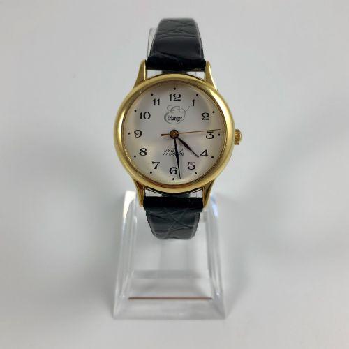 ERLANGER  参考KI 937/P。圆形表壳的腕表。白色表盘上有签名。绘有阿拉伯数字。黑色真皮表带,带针扣。机械机芯,手动上链。处于工作状态。未修订。直径…
