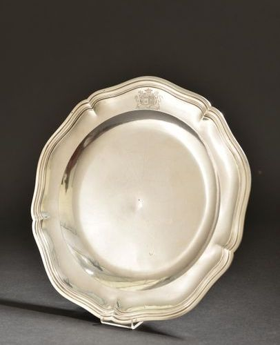 Circular silver platter with five contours enhanced with nets, the wing engraved…