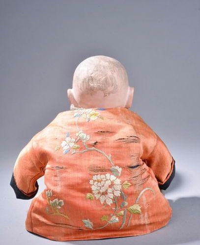 JAPON, début du XXe siècle. Poupée à tête de papier mâché peint au naturel, les …