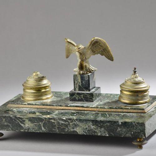 Encrier en marbre vert de mer et bronze doré à décor d'un aigle en vol encadré d…