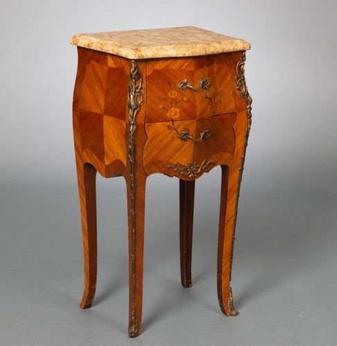 Table chiffonnière en placage de bois de rose à décor de frisage et marqueterie …