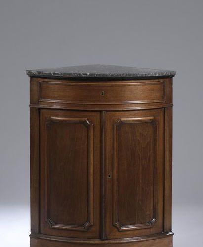 Encoignure en bois de placage, ouvrant par un tiroir en ceinture et deux vantaux…