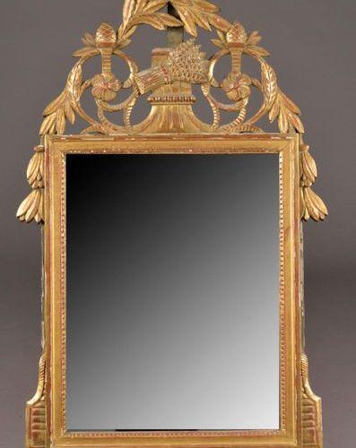 Miroir à fronton en bois mouluré, sculpté d'une gerbe de blé et doré (petits man…