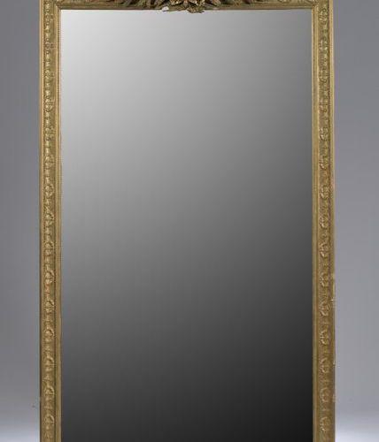 Miroir à fronton en bois sculpté et doré, sommé d'un bouquet de lauriers noués, …