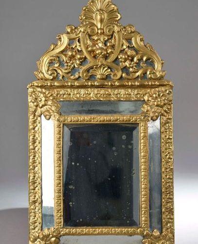 Miroir à parecloses en bois et métal repoussé et redoré à décor de coquilles, vo…