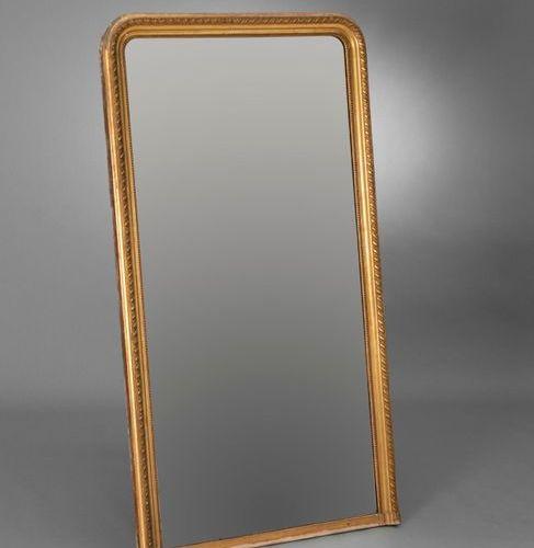 Miroir de cheminée en bois sculpté et doré à décor d'une frise d'oves et d'une c…