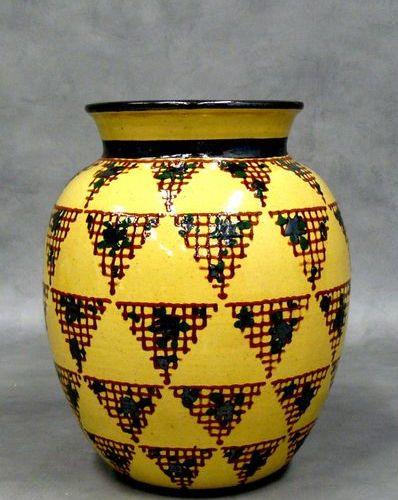 P. JACQUET : vase à décor de motifs triangulaires en trémies sur fond jaune. Sig…