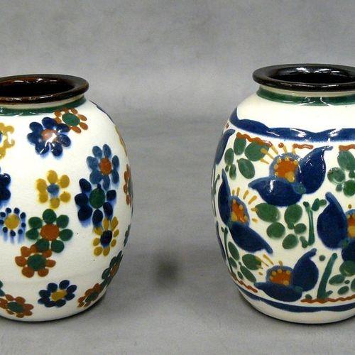 P. JACQUET : deux vases ovoïdes à décor floraux sur fond blanc signés H 15,5 cm …