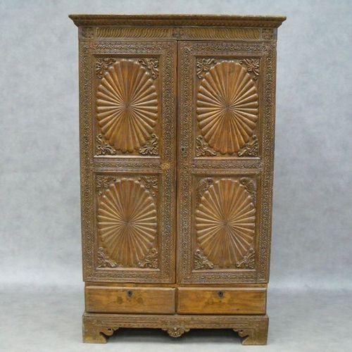 Une ancienne armoire d'Asie du sud est, en bois naturel ouvrant par deux portes …