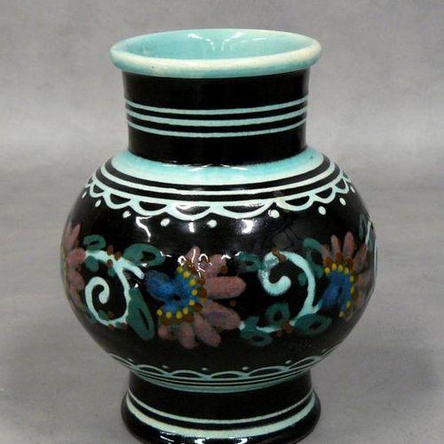 P. JACQUET : vase pansu à décor de fleurs polychrome entrelacées sur fond noir e…