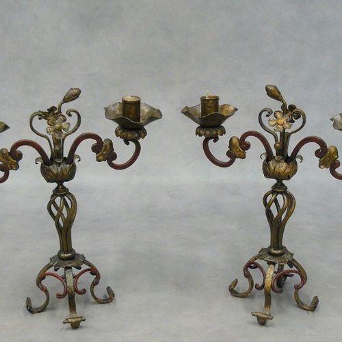 Une paire de bougeoirs décoratifs à deux lumières en fer torsadé doré et teinté …