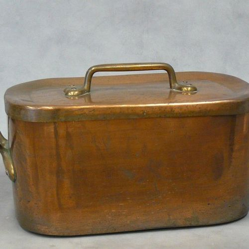 An important copper stewpot and its lid numbered 45. 19th century 26 x 60 cm