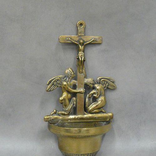 Un ancien bénitier en bronze doré et laiton orné de deux angelots agenouillés au…