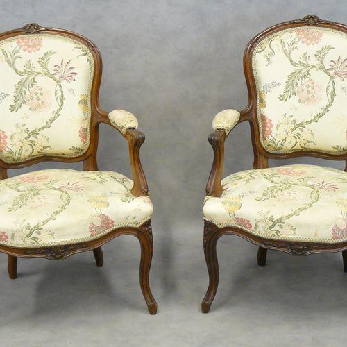 GRAND 大:一对路易十五风格的卡布利奥扶手椅,用天然木料模制,椅背和椅带都雕刻有花朵,用花纹丝线修饰。 印有Grand(19世纪末)字样 92 x 62,5…