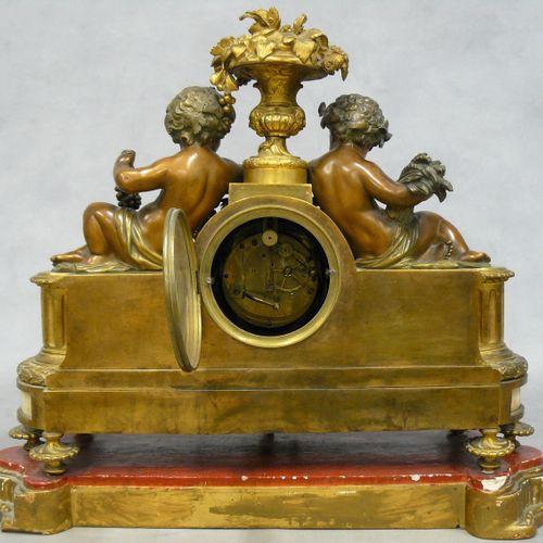 有爱的时钟,框架是一个美第奇花瓶,上面装饰着水果和叶子,采用了青铜、镀金青铜和雪花石板,爱象征着干草的收获和葡萄的收获,靠在花环上,花环上有一个丝带结围绕着表盘…
