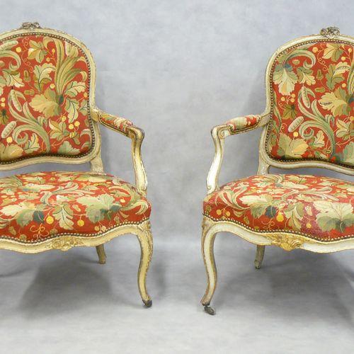 两把路易十五时期的漆木卡布里埃扶手椅,装饰有雕刻和镀金的花朵,前腿有脚轮,花纹挂毯装饰。意大利 18世纪